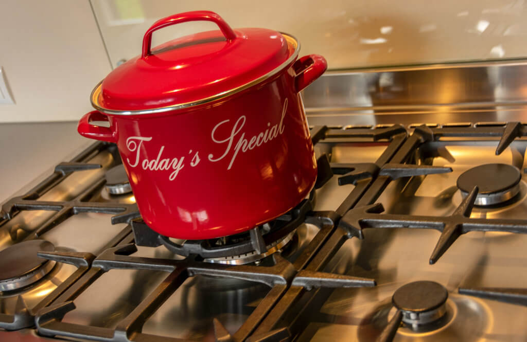 Keuken met o.a. 5-pits fornuis met oven